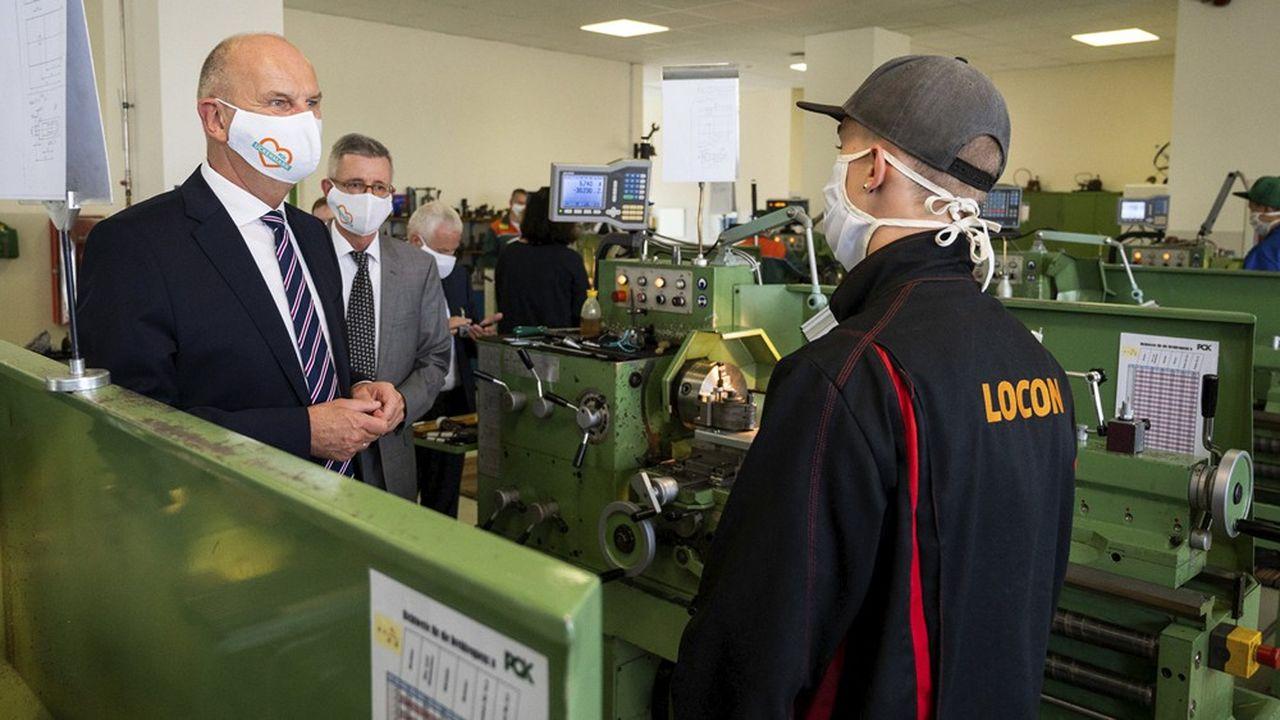 Le système d'apprentissage en Allemagne fait l'admiration de tous. Sur la photo, le ministre président social-démocrate du Brandebourg, Dietmar Woidke, s'entretient avec un apprenti dans un centre de formation de la raffinerie PCK.