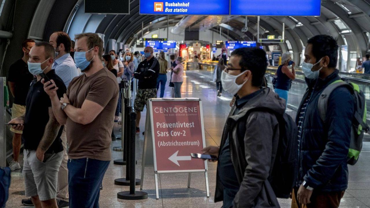 Des passagers de différentes provenances font la queue pour être testés au Covid-19 à l'aéroport de Francfort. L'Allemagne réfléchit à rendre obligatoires ces tests pour les vacanciers de retour de pays à haut risque.