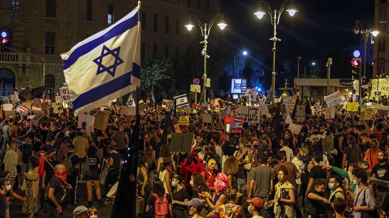Quelque 5.000 personnes ont manifesté, samedi, aux abords de la résidence du Premier ministre israélien à Jérusalem, un chiffre jamais atteint.