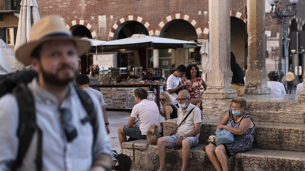 Touristes sur une place de Vérone, juillet2020.
