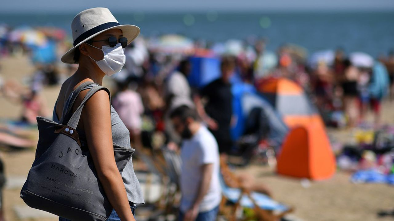 Le port du masque n'est pas rare sur les plages du Royaume-Uni, le pays d'Europe le plus endeuillé par la pandémie de Covid-19