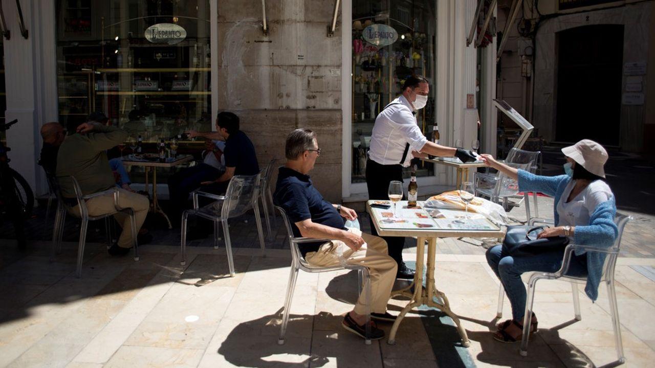Des clients à une terrasse de restaurant, à Malaga en mai dernier.