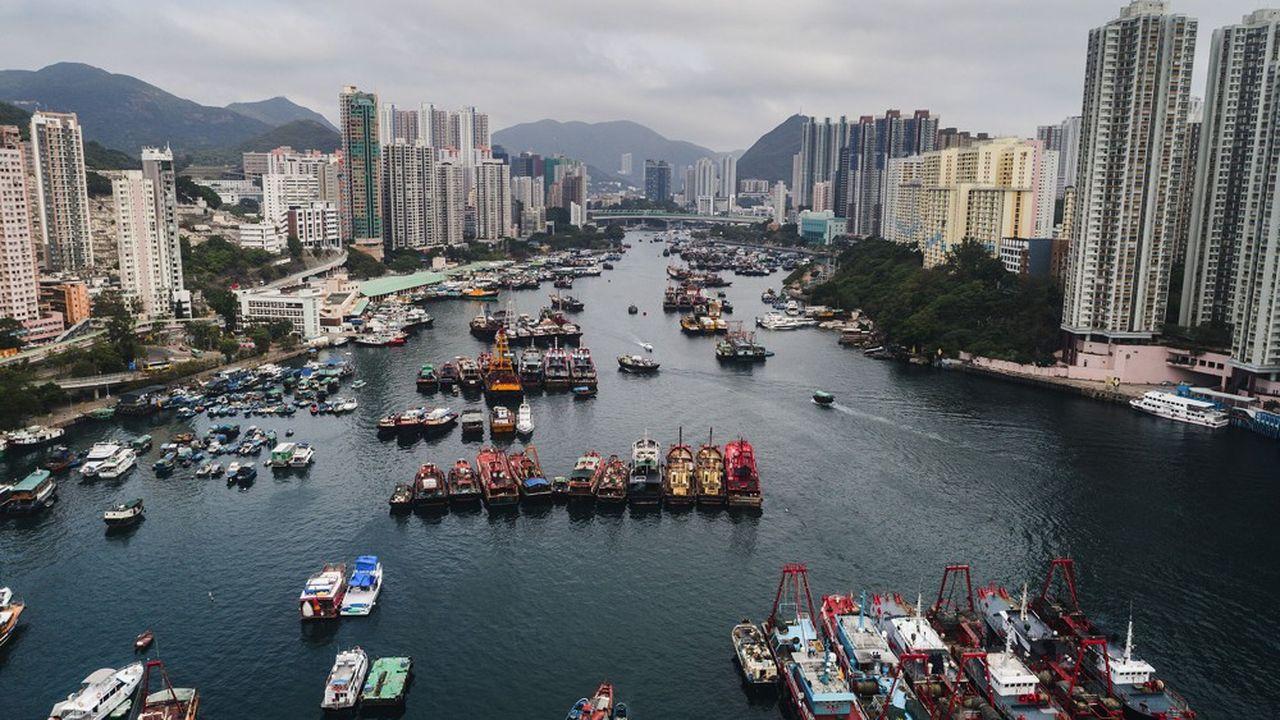 Les restrictions commerciales concernent les technologies pouvant être utilisées pour la répression ou la surveillance chinoise et des mesures sont prises pour faciliter l'octroi de visas aux Hong Kongais.