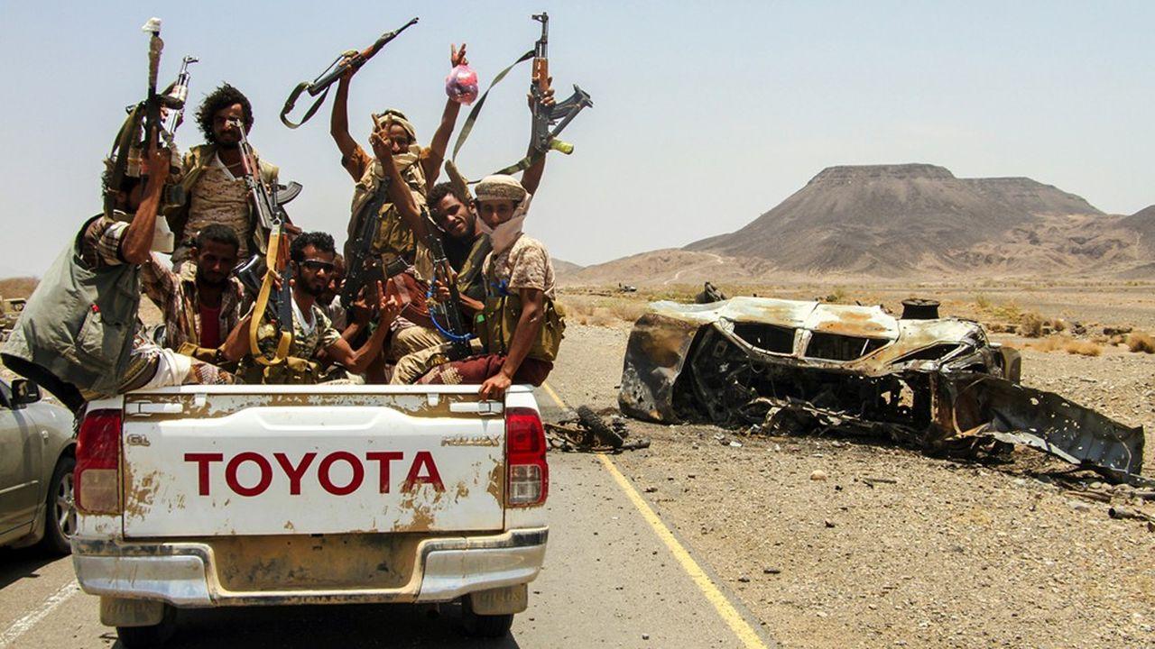 Des combattants yéménites loyaux au gouvernement d'Aden rejoignent leurs positions dans le désert.