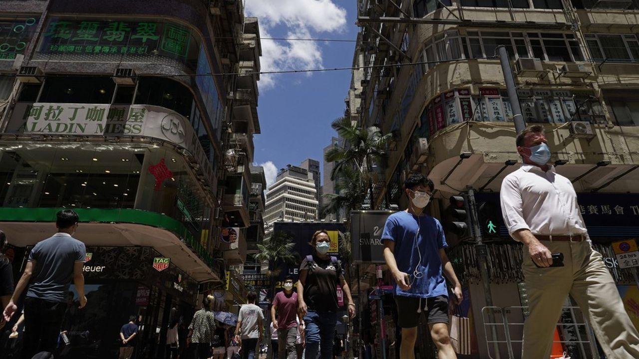 A Hong Kong, les rassemblements de plus de deux personnes et les repas dans les restaurants sont désormais interdits, et le port du masque devient obligatoire dans l'ensemble des lieux publics - y compris en plein air.