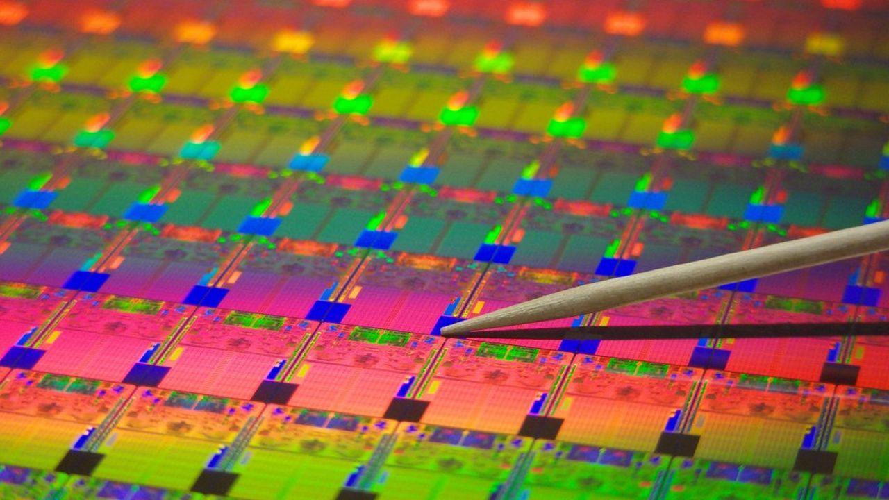 Avant de maîtriser des finesses de gravures sur le silicium inférieures à l'épaisseur d'un cheveu, Intel et TSMC doivent désormais investir des dizaines de milliards de dollars dans des usines dernier cri.