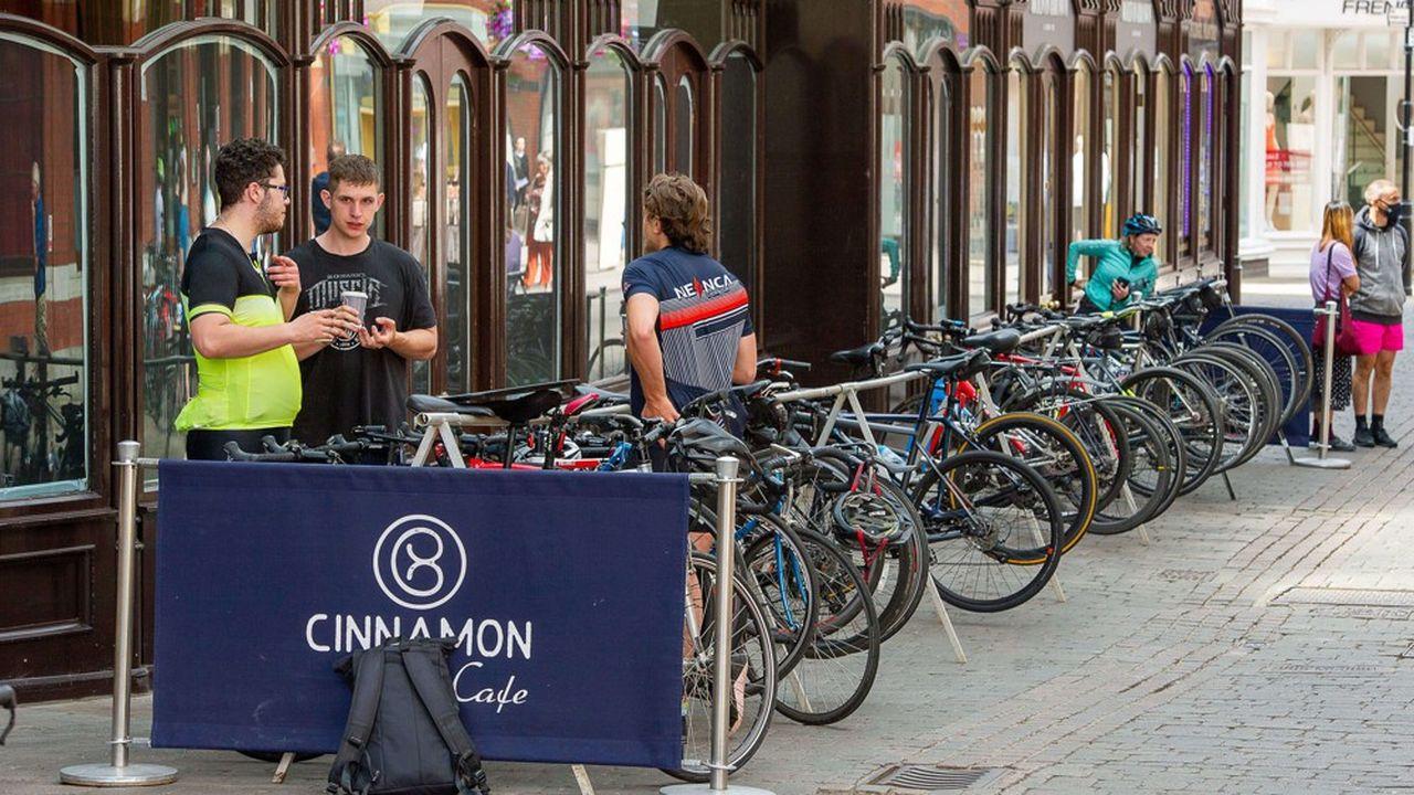 Le gouvernement britannique a dévoilé ce mardi un plan de 2milliards de livres (soit 2,2milliards d'euros) visant à investir dans des pistes cyclables, des zones piétonnières et des chèques vélo.