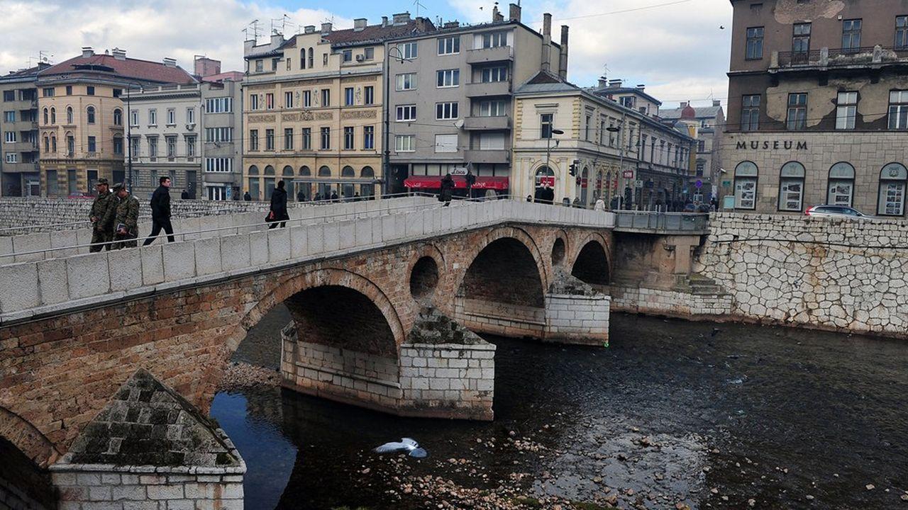 Sarajevo, la capitale de la Bosnie, a enduré le plus long siège moderne d'une ville en Europe lors des guerres de l'ex Yougoslavie. Le Pont latin, ici, a aussi été le théâtre de l'assassinat de l'archiduc François Ferdinand, le 28juin 1914 qui a contribué au déclenchement de la première guerre mondiale.