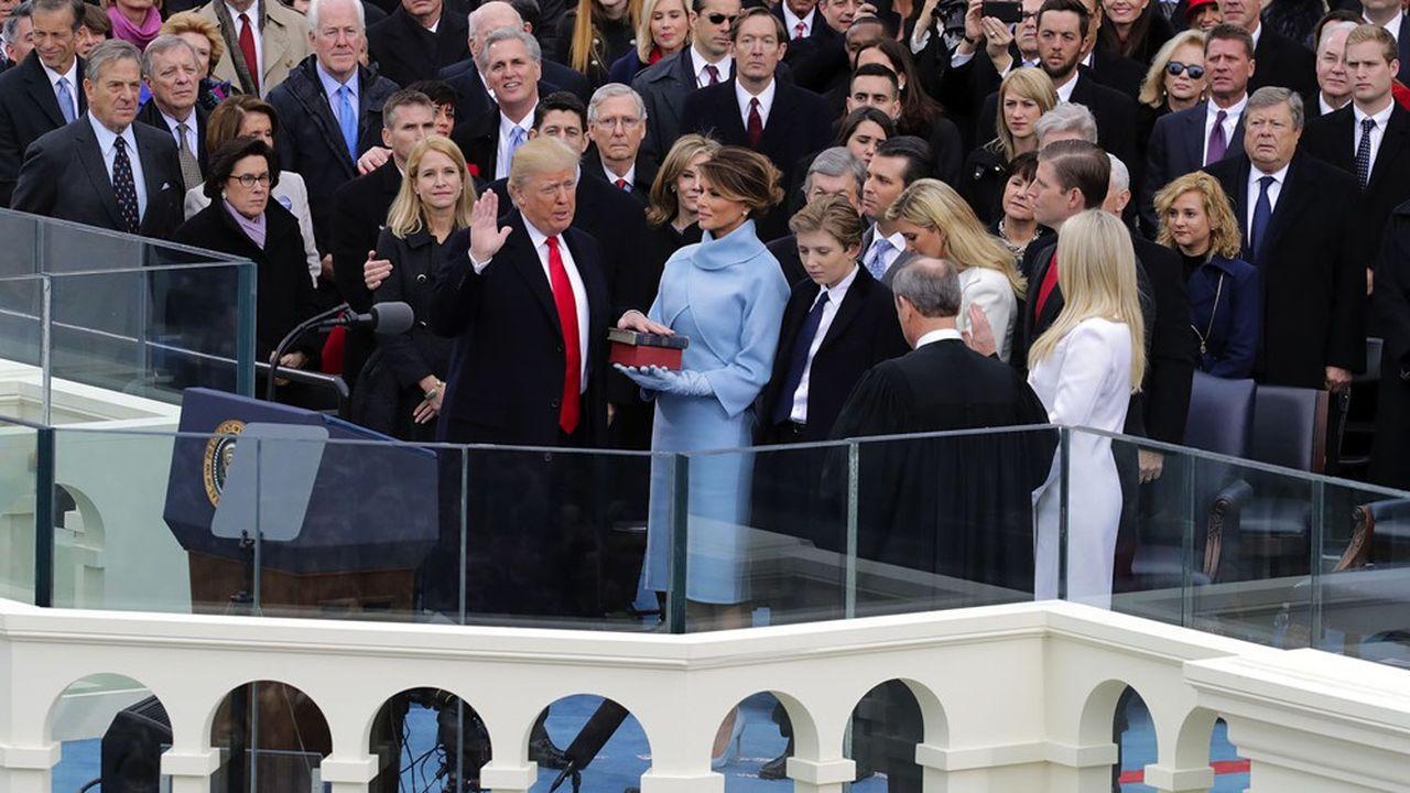 Donald Trump prêtant serment lors de son entrée en fonction à la Maison-Blanche, en janvier2017.