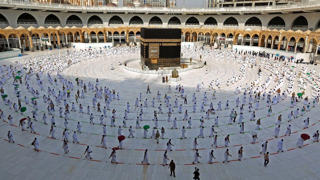 Les fidèles musulmans circulent autour de la «Kaaba», sanctuaire de la grande mosquée de LaMecque, le 31juillet 2020, lors du pèlerinage annuel du Hajj. Photo by STR/AFP)
