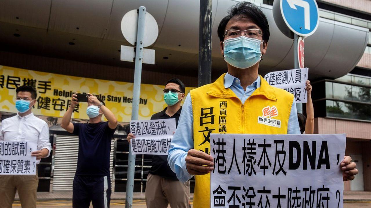 L'élu local prodémocratie, Lui Man-kwong, protestait dimanche contre l'instrumentalisation de la lutte contre le Covid-19 pour ficher génétiquement les habitants du territoire.