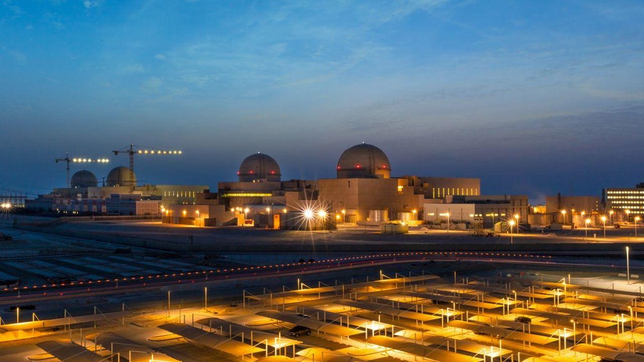 La nouvelle centrale qui comptera à terme quatre réacteurs en service, est située près de la frontière entre les EAU et le Qatar