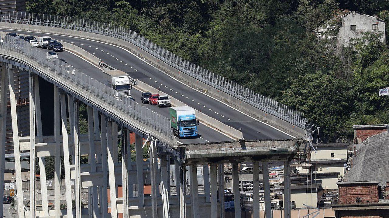 Le pont autoroutier Morandi, du nom de l'ingénieur qui l'avait conçu, s'était effondré et avait entraîné dans sa chute des dizaines de véhicules qui le traversait.