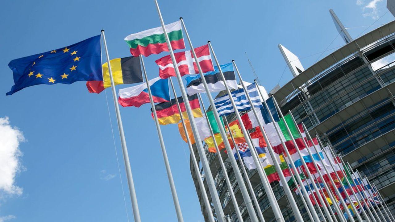 Les pays membres de l'Union européenne, dont les drapeaux flottent ici à Bruxelles, vont devoir faire ratifier le plan de relance des Vingt-Sept par leurs parlements.