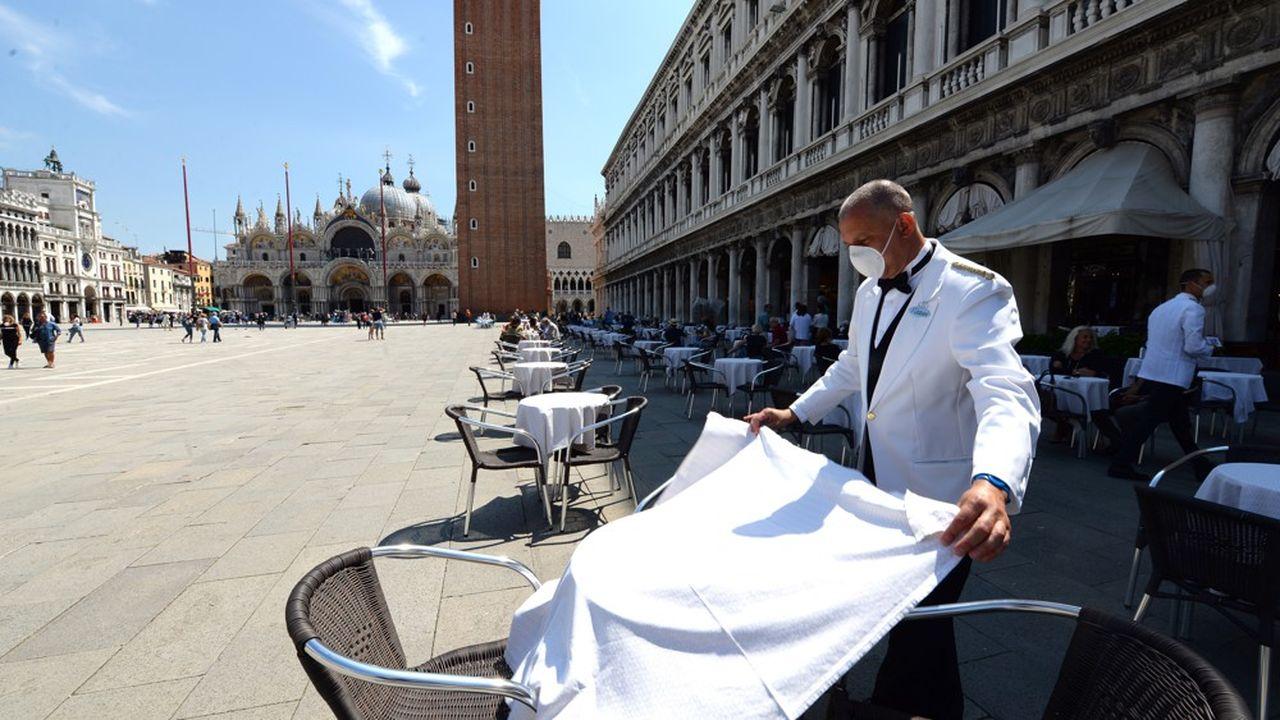 La place Saint Marc de Venise, quasiment désertée pendant trois mois de confinement, a commencé à voir revenir des touristes.