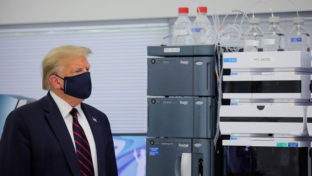 Le président américain Donald Trump lors d'une visite au centre d'innovation de Fujifilm Diosynth Biotechnologies, où des composants pour un vaccin potentiel contre le Covid-19 sont en cours de développement, à Morrrisville, Caroline du Nord, le27juillet 2020.