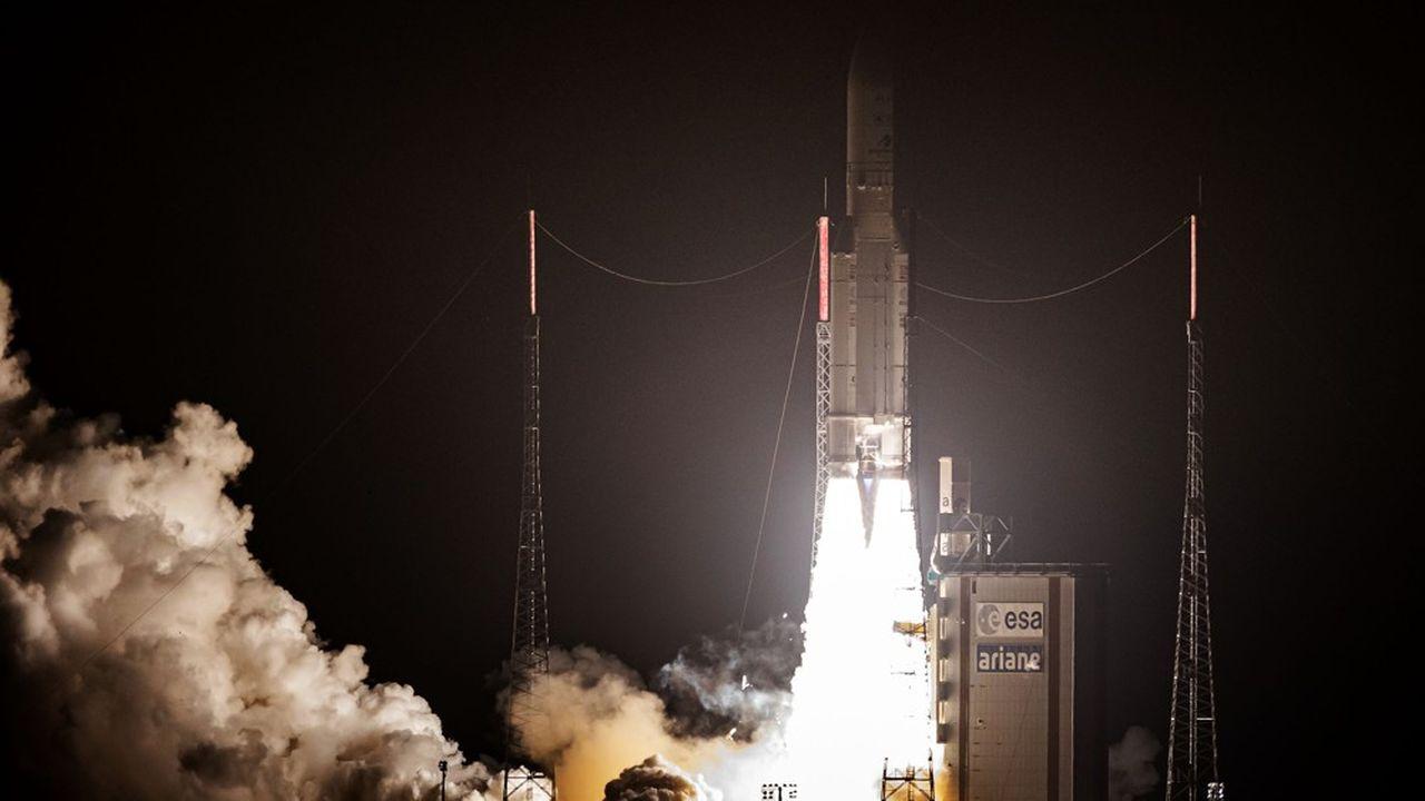 La fusée Ariane 5 se prépare pour son 253e vol depuis Kourou. Bientôt remplacée par Ariane 6, la fusée européenne reste favorite auprès des opérateurs commerciaux de satellites.