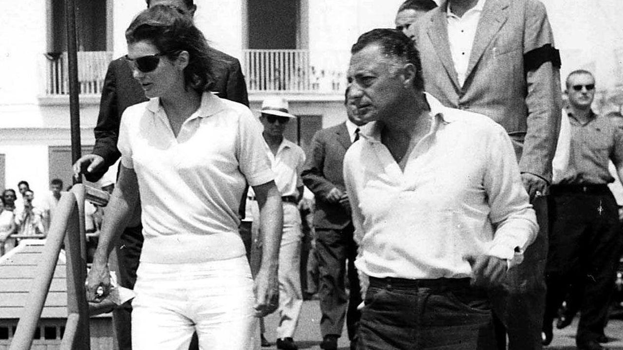 «L'ancien jet-setter aux tempes argentées, qui s'affichait avec Jackie Kennedy en plein 'miracle italien' (ici, à Positano, en 1962), s'est décidé à retrousser ses manches à quarante-cinq ans.»