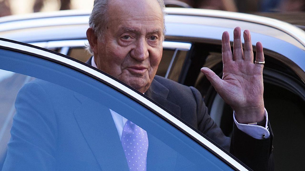 «Guidé par la conviction de rendre le meilleur service aux Espagnols, à leurs institutions, et à toi en tant que Roi, je t'informe de ma décision réfléchie de m'exiler, en cette période, en dehors de l'Espagne», a écrit l'ancien souverain Juan Carlos, cité dans le communiqué de la Maison Royale lundi en fin de journée. Il est photographié ici en avril2018 à la sortie de la messe de Pâques à Majorque.