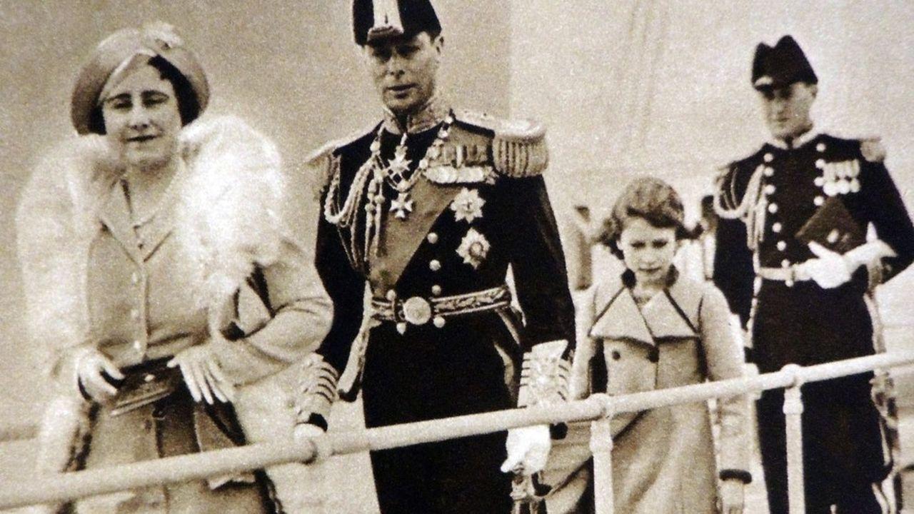 La reine Elisabeth (Elizabeth Bowes Lyon, 1923-1952) et le roi George VI (1895-1952) avec la princesse Elisabeth (Elisabeth II) visitent le HMS Victoria et Albert à Portsmouth, 1937.
