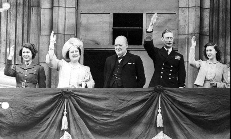 Elisabeth (à gauche), s'est engagée dans l'armée de terre en 1945, à la veille de ses dix-neuf ans. Le 8 mai 1945, elle est sur le balcon de Buckingham Palace, en uniforme, en compagnie de sa famille et du Premier ministre, Winston Churchill (au centre).