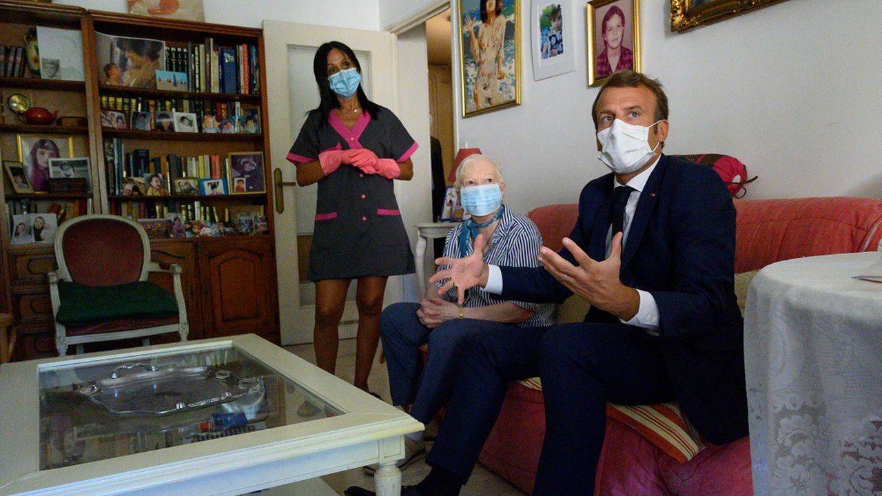 Selon Emmanuel Macron, cette prime permettra «de reconnaître pleinement le rôle» qu'ont joué les aides à domicile pendant la crise épidémique.