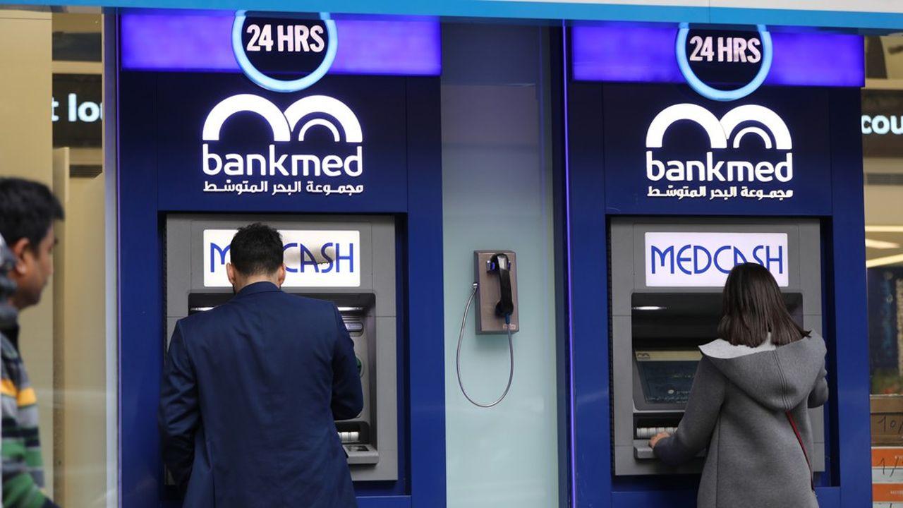 Des Libanais retirent de l'argent à Beyrouth, au Liban, le 30décembre 2019, alors que le pays a imposé des restrictions de retrait sur le dollar américain.