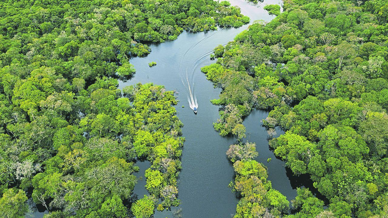 Vue aérienne d'un bateau rapide sur la rivière Jurura dans la municipalité de Carauari, au coeur de la forêt amazonienne brésilienne, le 15 mars 2020.
