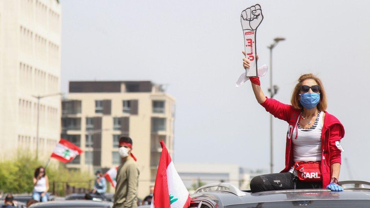 Des manifestants portant le masque contre le Covid-19 maintenaient la pression sur le gouvernement en avril dernier après la révolte populaire d'octobre, qui a vu pour la première fois des Libanais de toute confession ou classe sociale s'unir pour dénoncer la corruption et la gabegie de la classe dirigeante.