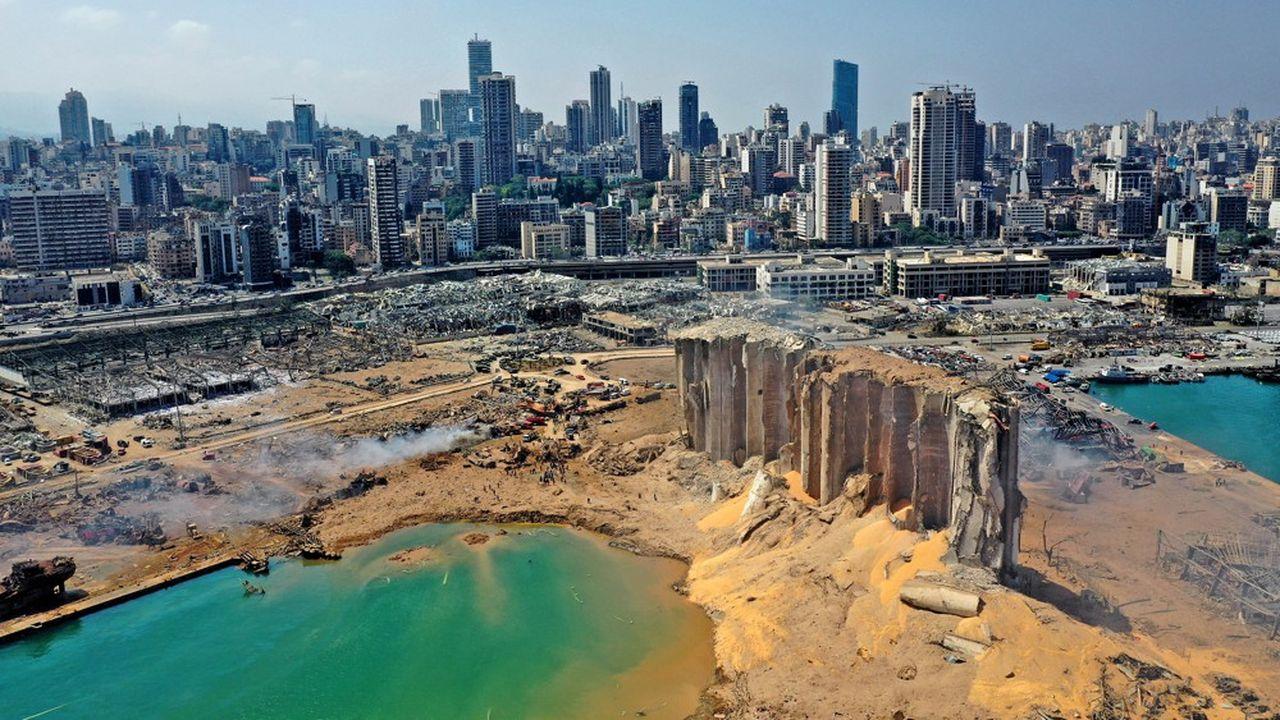 Une vue aérienne montre l'ampleur des dégâts dans la zone portuaire touchée par l'explosion de mardi soir, notamment la destruction de silos à céréales.