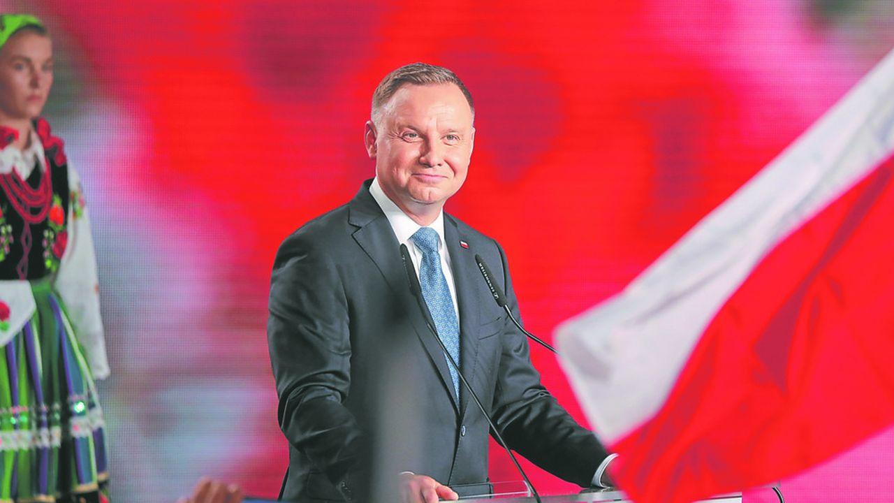 Le président réélu, Andrzej Duda, a promis durant sa campagne électorale, d'inscrire dans la constitution l'interdiction de l'adoption pour les couples homosexuels.