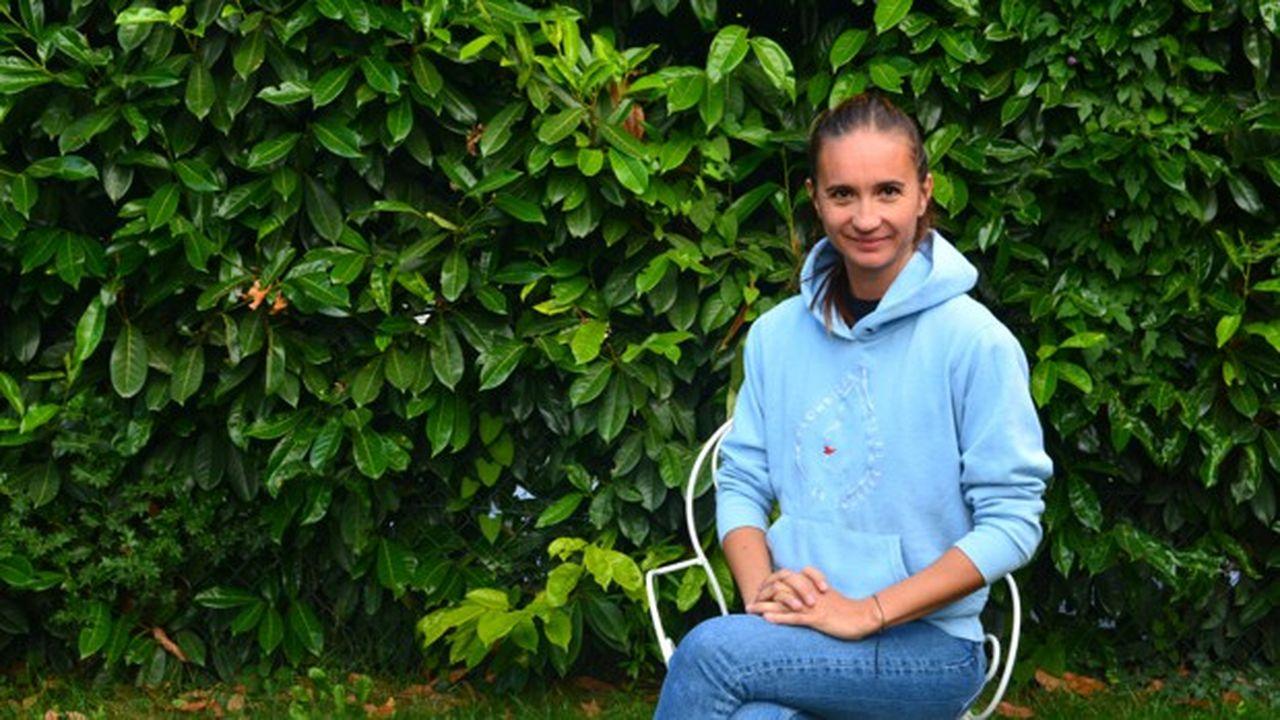 Mona 37 ans a grandi à Bordeaux et habite désormais à Aulnay-sous-Bois en Île-de-France.