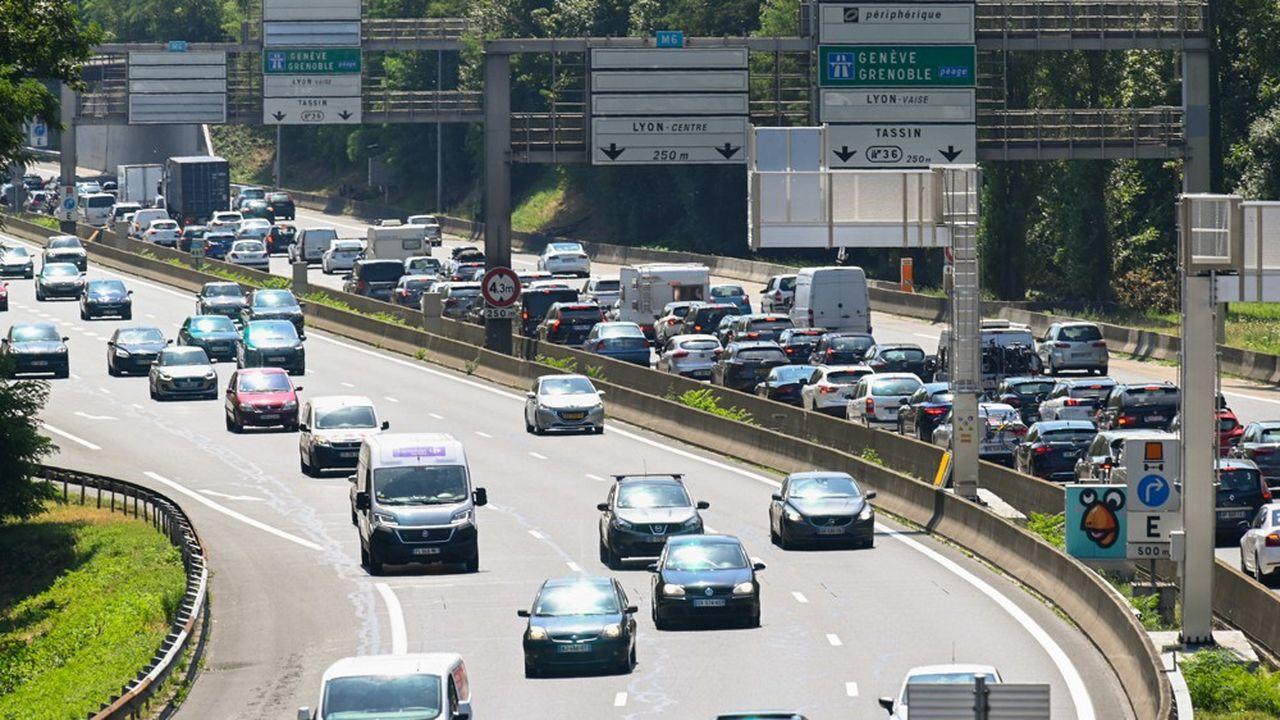 Premiers bouchons du week-end de chassé-croisé entre juillet et août sur l'autoroute A6, près de Lyon, à l'entrée nord du tunnel de Fourvière.