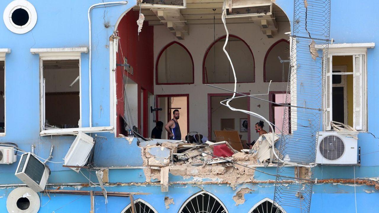 Des hommes inspectent des dégâts près du site de l'explosion de mardi dans la zone portuaire de Beyrouth, au Liban, le 6 août 2020.