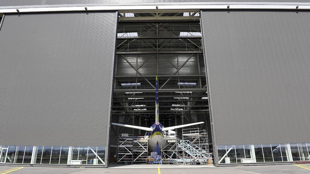Un hangar de stockage et de maintenance d'avion.