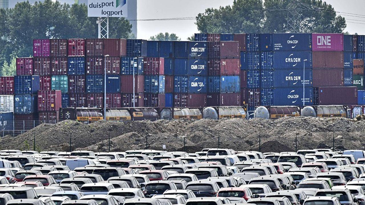 Les voitures s'entassent dans le port de Duisbourg, en Allemagne.