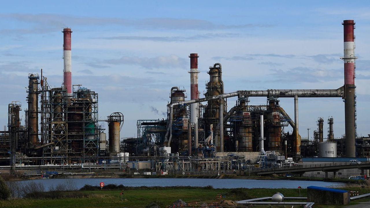 La raffinerie de Total à Donges (Loire-Atlantique). Le pétrolier français a annoncé fin juillet plus de 8milliards de dollars de dépréciations d'actifs.