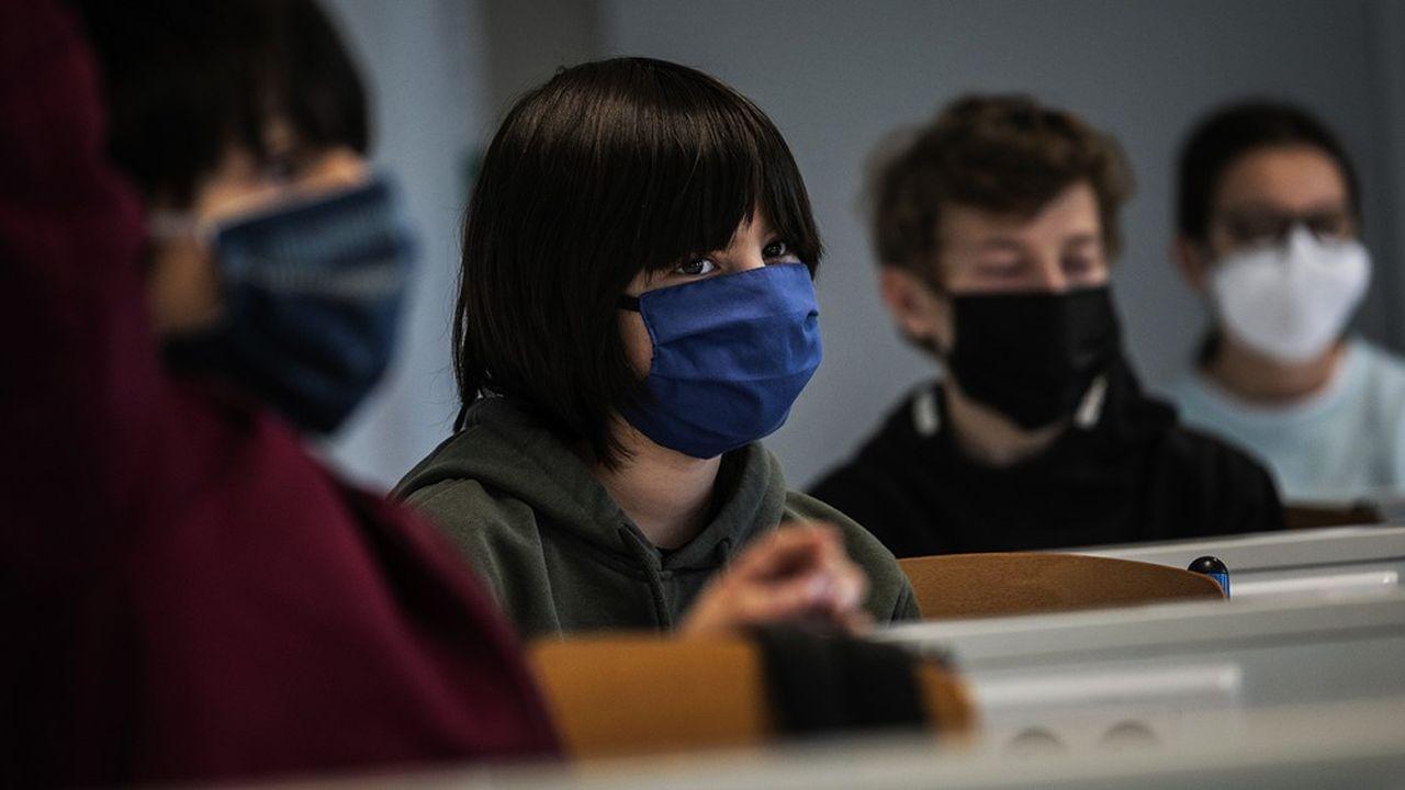Dans les espaces clos, la distanciation physique ne sera plus obligatoire dans les établissements scolaires. Si elle n'est pas possible, les élèves devront porter un masque.