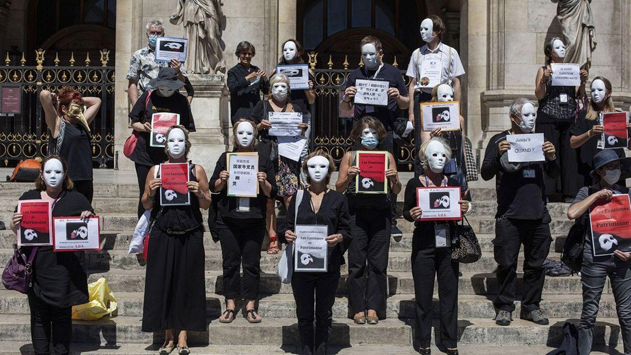 Les guides multiplient les actions pour dénoncer leur situation précaire face à la crise, comme ici, devant l'Opéra Garnier à Paris le jeudi 30juillet 2020.