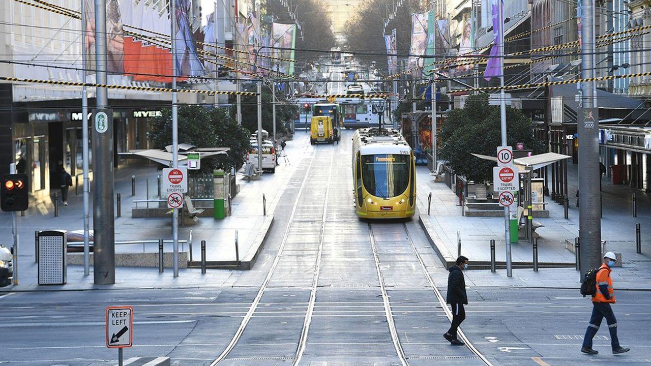 Les rues commerçantes de Melbourne sont devenues quasi désertes en raison d'un durcissement du confinement pour cause de regain des cas de Covid-19.