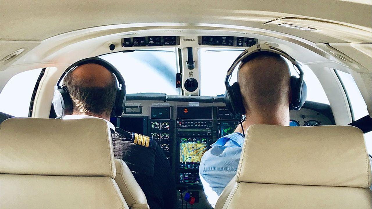 500 pilotes, composés de commandants de bord retraités ou de passionnés diplômés, peuvent prendre les commandes des appareils de 6 à 10 places.