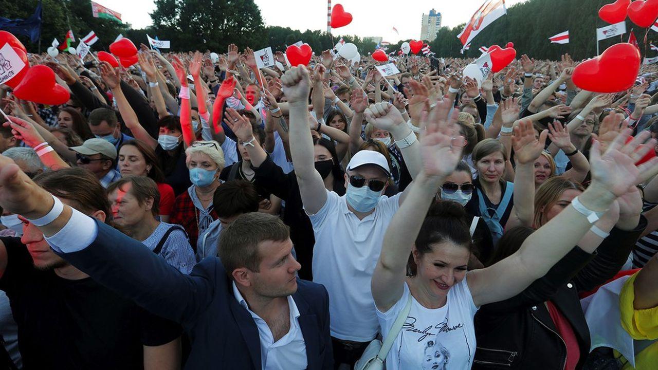 Loukachenko largement en tête, selon un premier sondage — Présidentielle au Bélarus