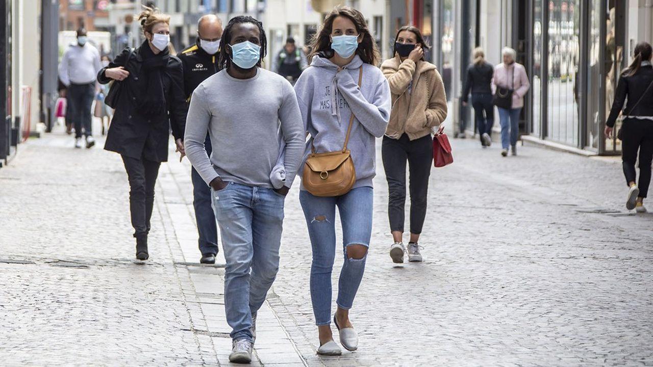 A Lille, comme dans des centaines de communes françaises, le port du masque dans les rues commerçantes est «de rigueur» depuis quelques jours en raison d'une flambée des cas, quoiqu'avec des flux très inférieurs à ceux observés au printemps.