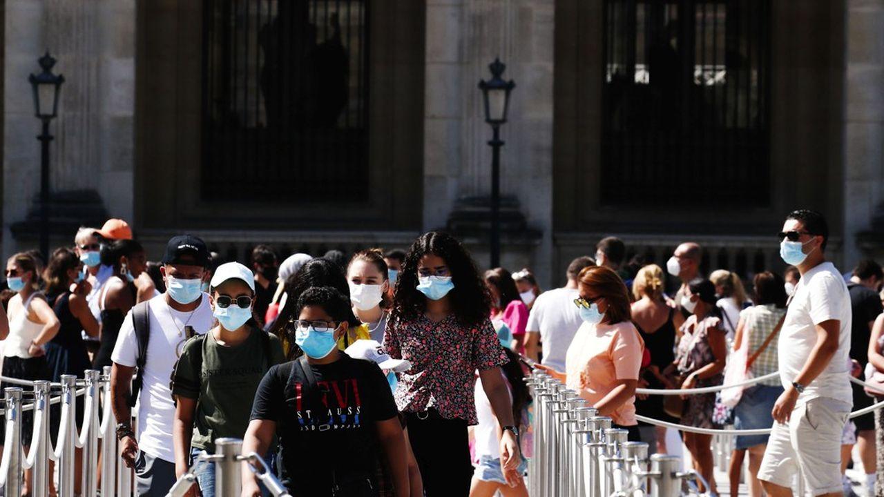 En plein épisode d'une canicule étouffante qui assomme les habitants de la capitale et ses visiteurs, le port du masque devient obligatoire dans les zones bondées de Paris.