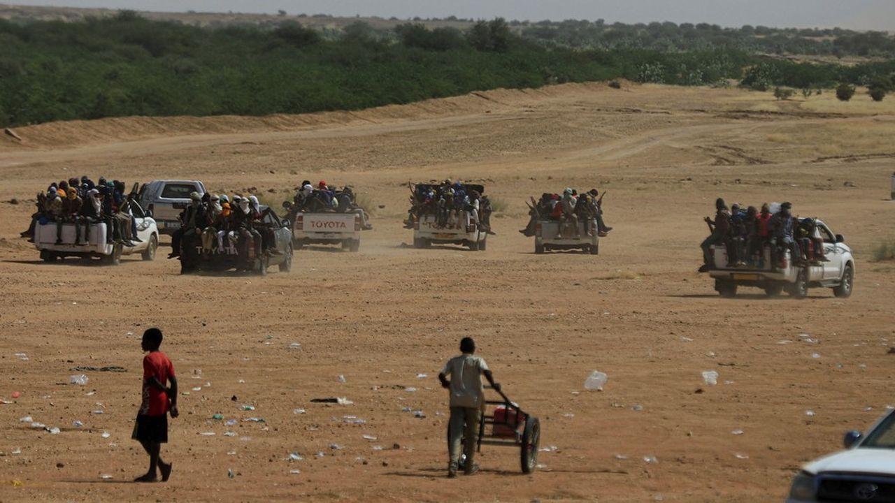 Des Nigériens attendent une escorte militaire pour se rendre en Libye en quête d'un travail ou d'un passage vers l'Europe.