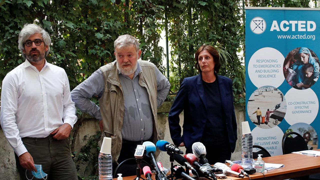 Joseph Breham, avocat d'Acted, Frédéric Roussel, cofondateur, et Marie-Pierre Caley, cofondatrice et PDG d'ACTED, à une conférence de presse au siège de l'ONG à Paris.