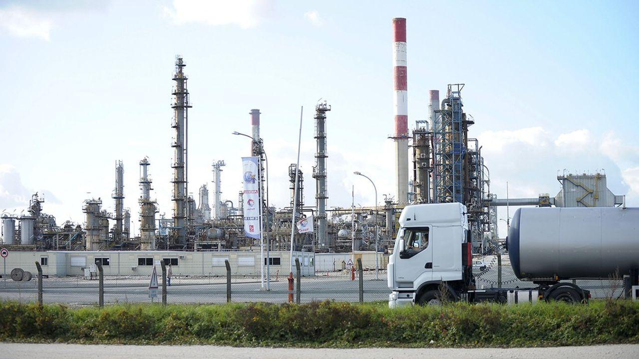 La raffinerie de Grandpuits, en Seine-et-Marne, est approvisionnée en pétrole brut depuis LeHavre par un pipeline long de 260km.