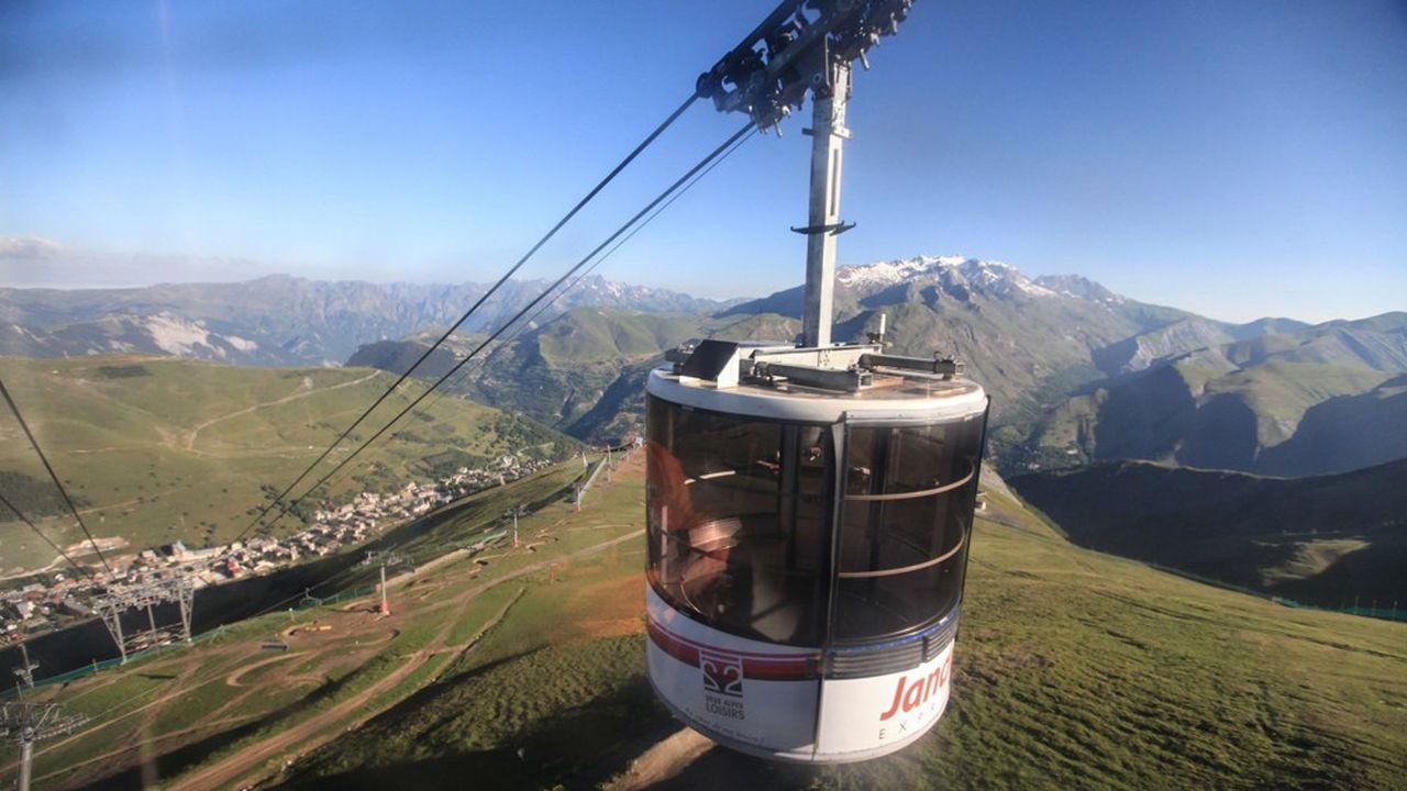 Les aménagements engendrés par les stations de ski ne sont pas sans impact sur les milieux naturels. Notamment du fait du niveau d'imperméabilisation des sols, beaucoup plus élevé quand dans les communes de montagne dépourvues d'installation de sports d'hiver.