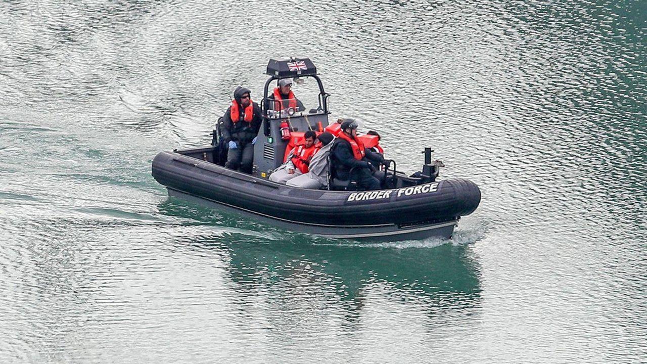 Des migrants ayant tenté de traverser la Manche sont transportés au port de Douvres, au Royaume-Uni, par la police aux frontières britannique.
