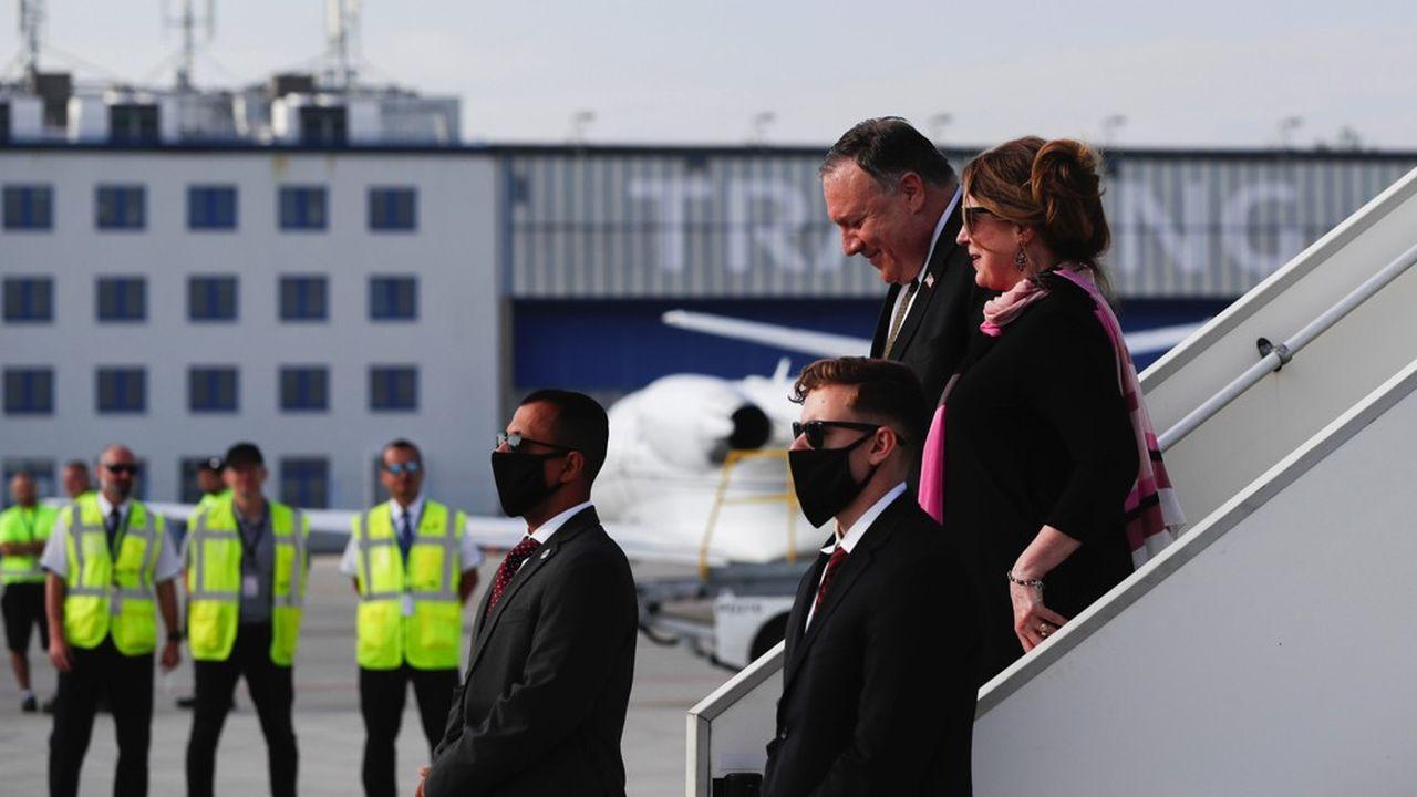Le secrétaire d'Etat américain, Mike Pompeo et sa conjointe à leur arrivée mardi à l'aéroport de Prague, première étape de sa visite dans les pays d'Europe centrale et de l'est.
